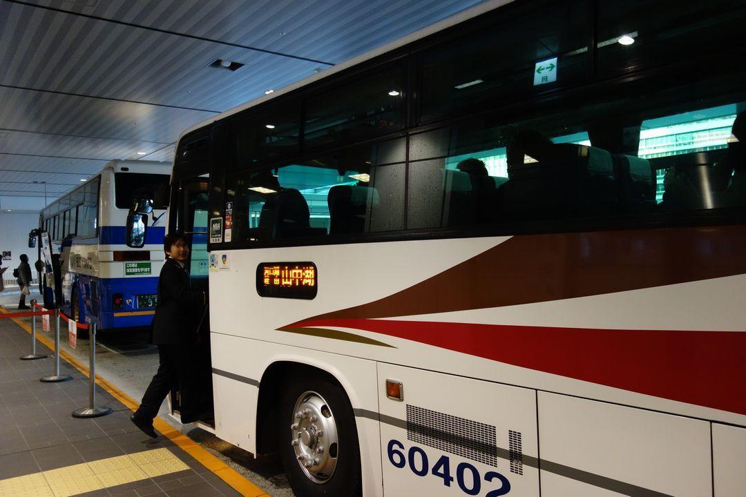 バスタ新宿に停車する山中湖行きのバス
