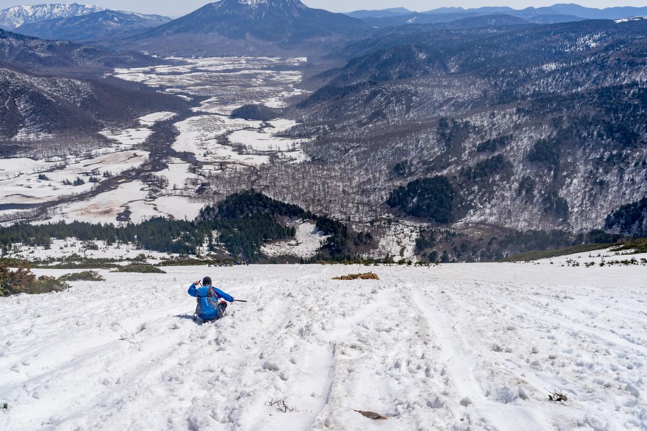 至仏山 シリセードする登山者