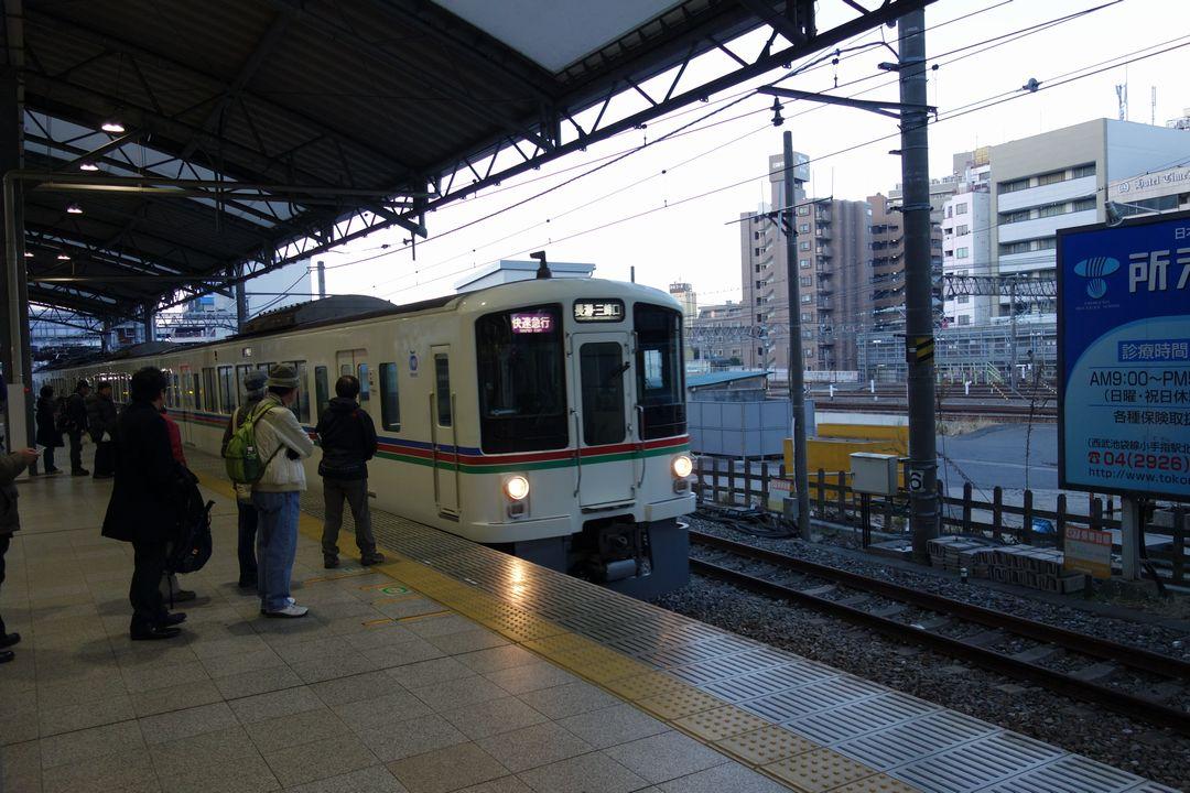 池袋駅ホームに停車する西武線の快速急行電車