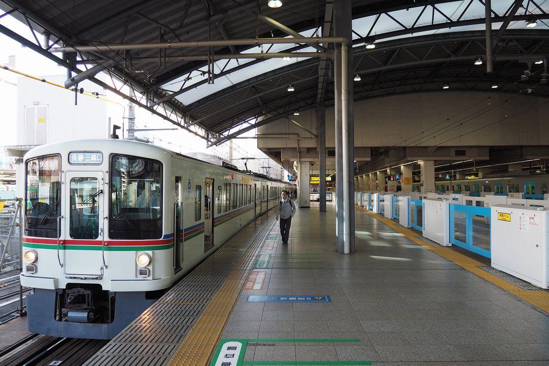 西武池袋駅のホームに停車する快速急行電車