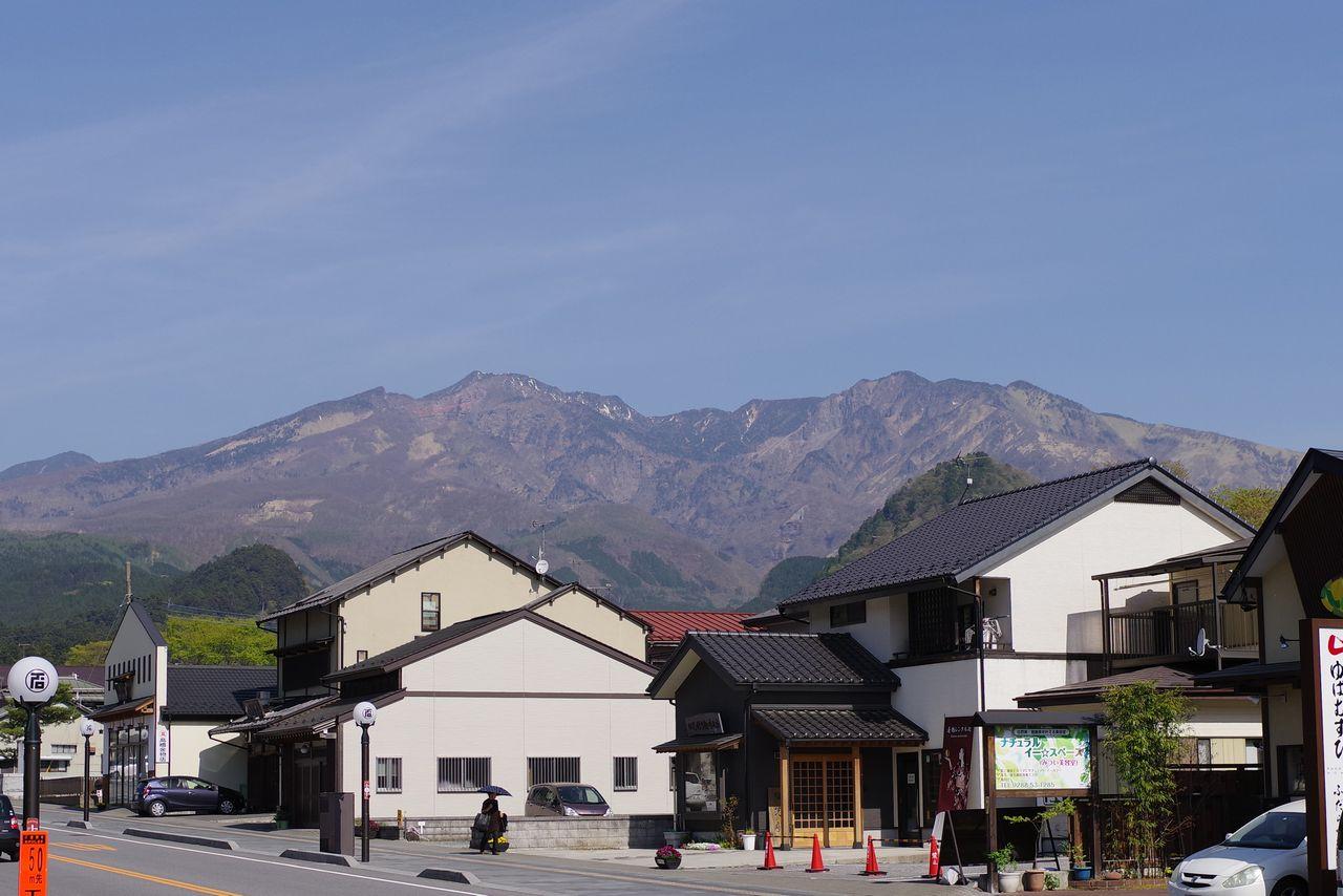 日光市内から見た女峰山
