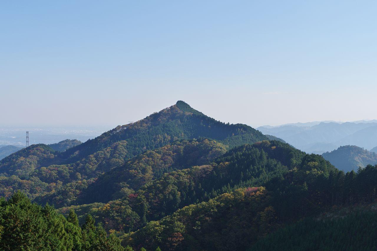日の出山から見た麻生山