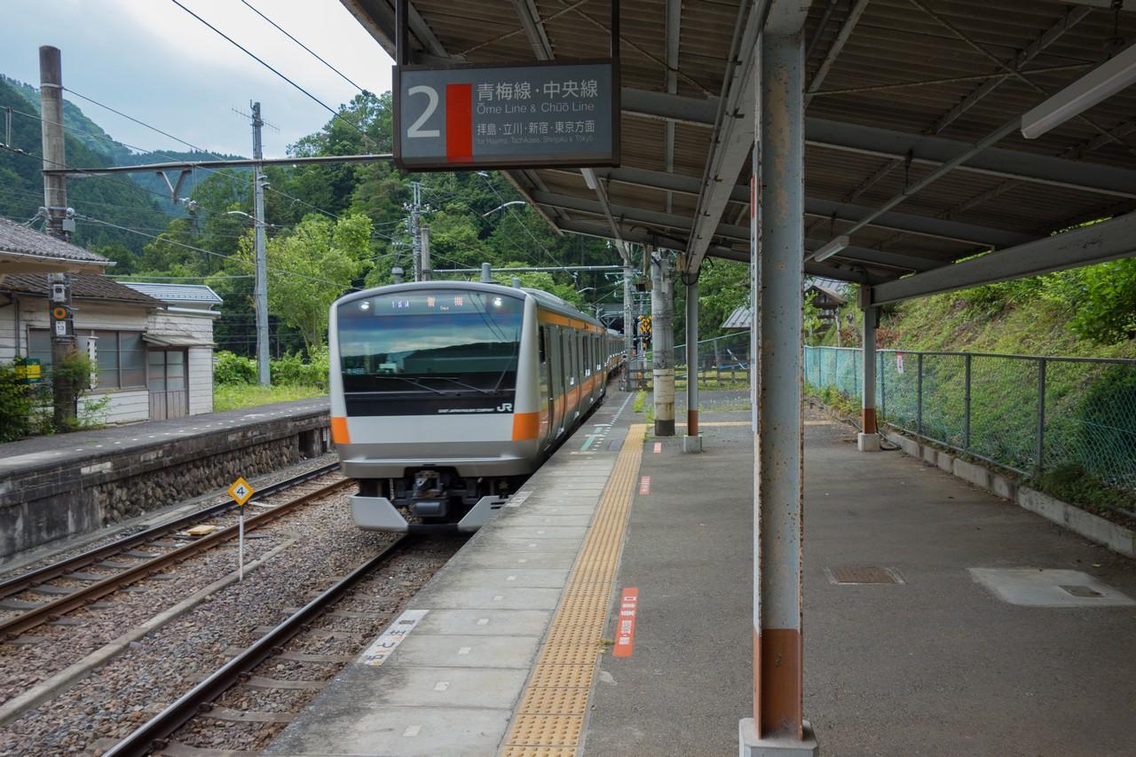 鳩ノ巣駅に入線する青梅行の電車