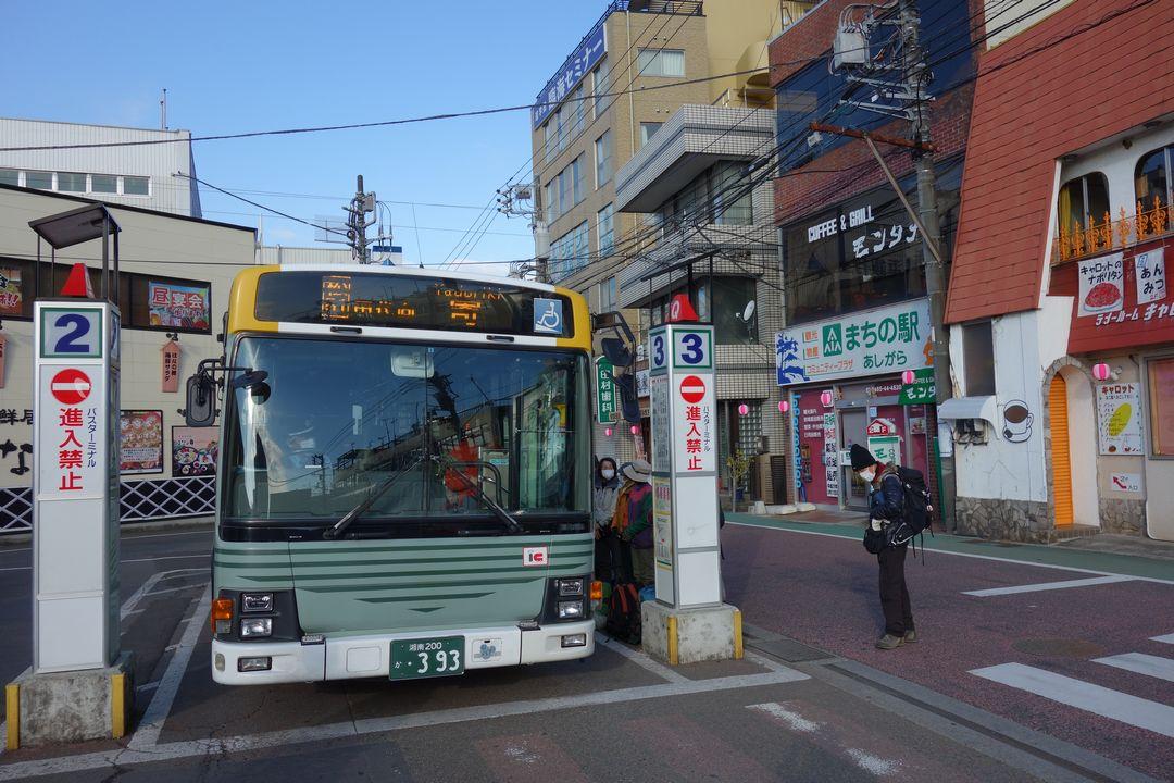 新松田駅前に停車する寄行きのバス