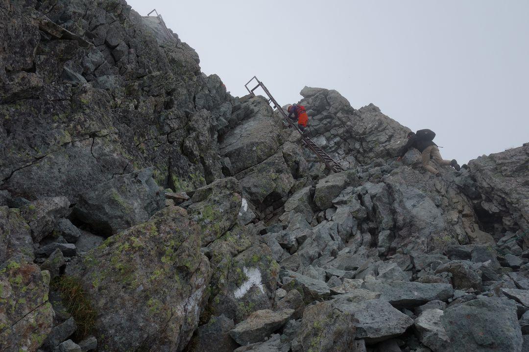 槍ヶ岳 穂先を登る登山者