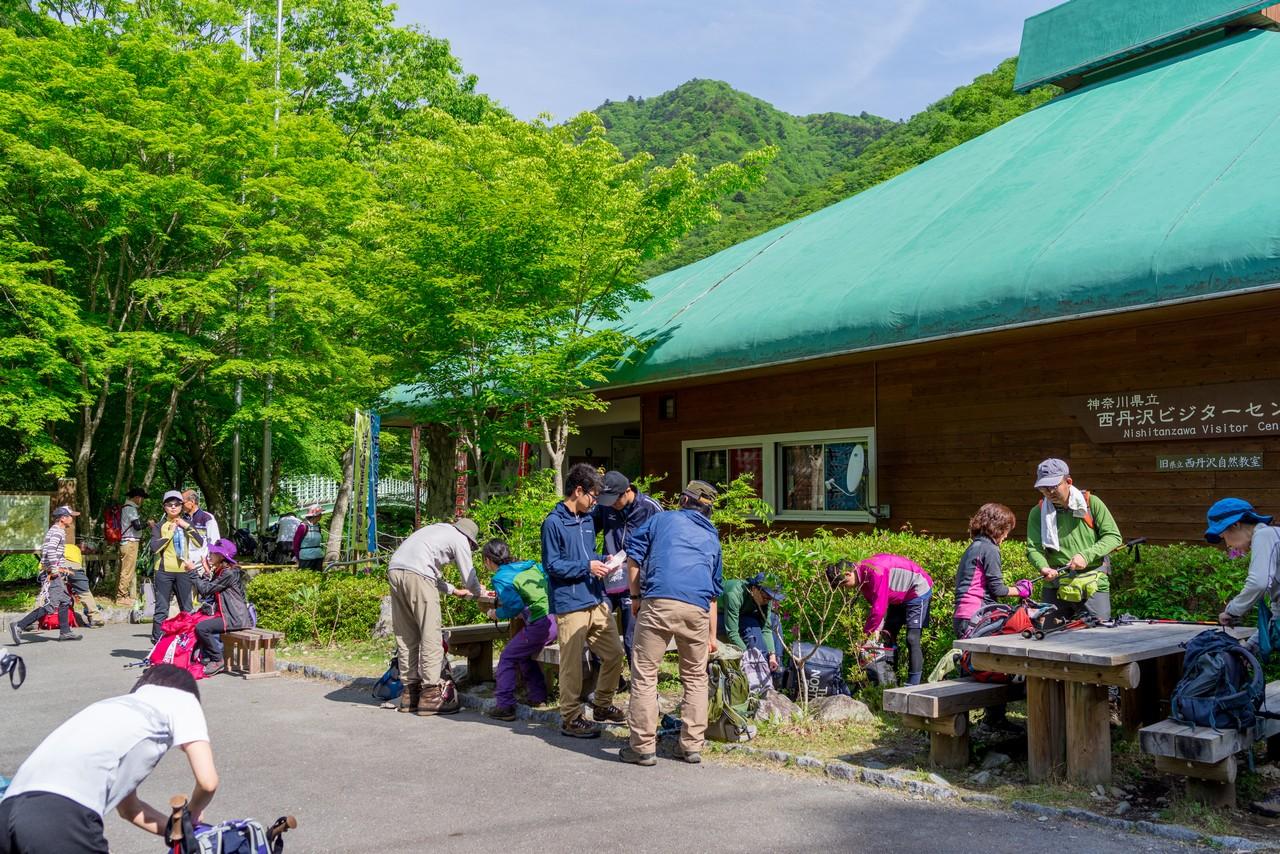 多くの登山者で賑わう西丹沢ビジターセンター
