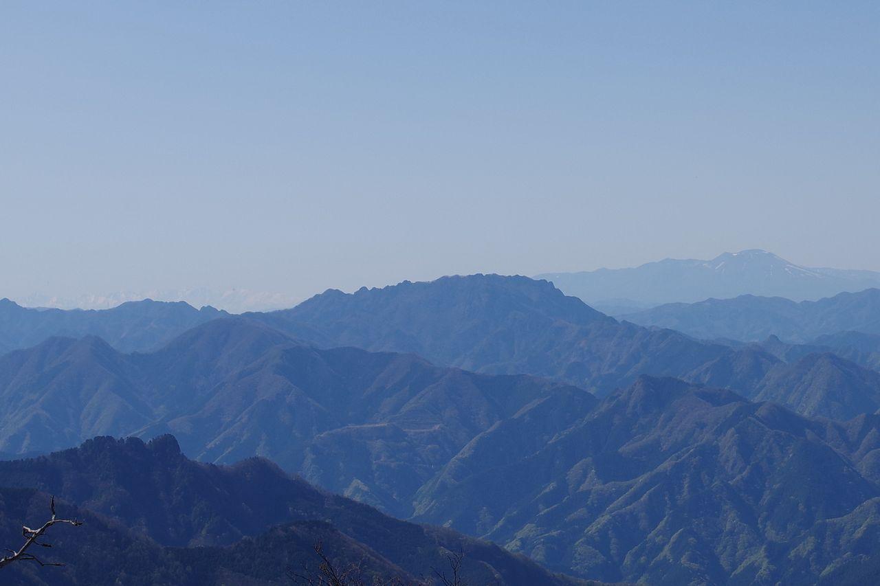 長沢背稜から見た両神山