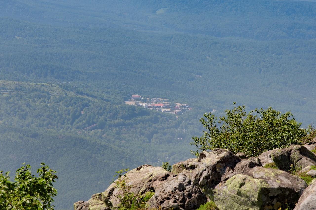 蓼科山から見た北八ヶ岳ロープウェイ山麓駅