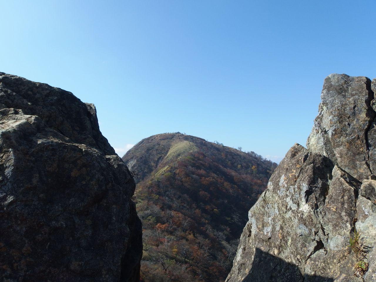 鬼ヶ岩の間から望む蛭ヶ岳