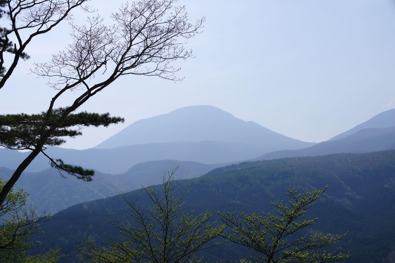 外山から見た男体山