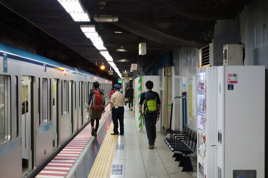 竹橋駅のホームを歩く登山者