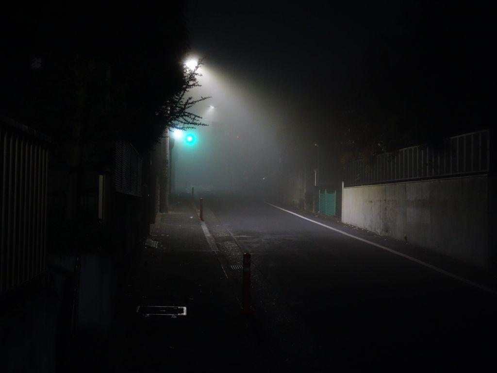 霧に包まれた閑静な住宅街