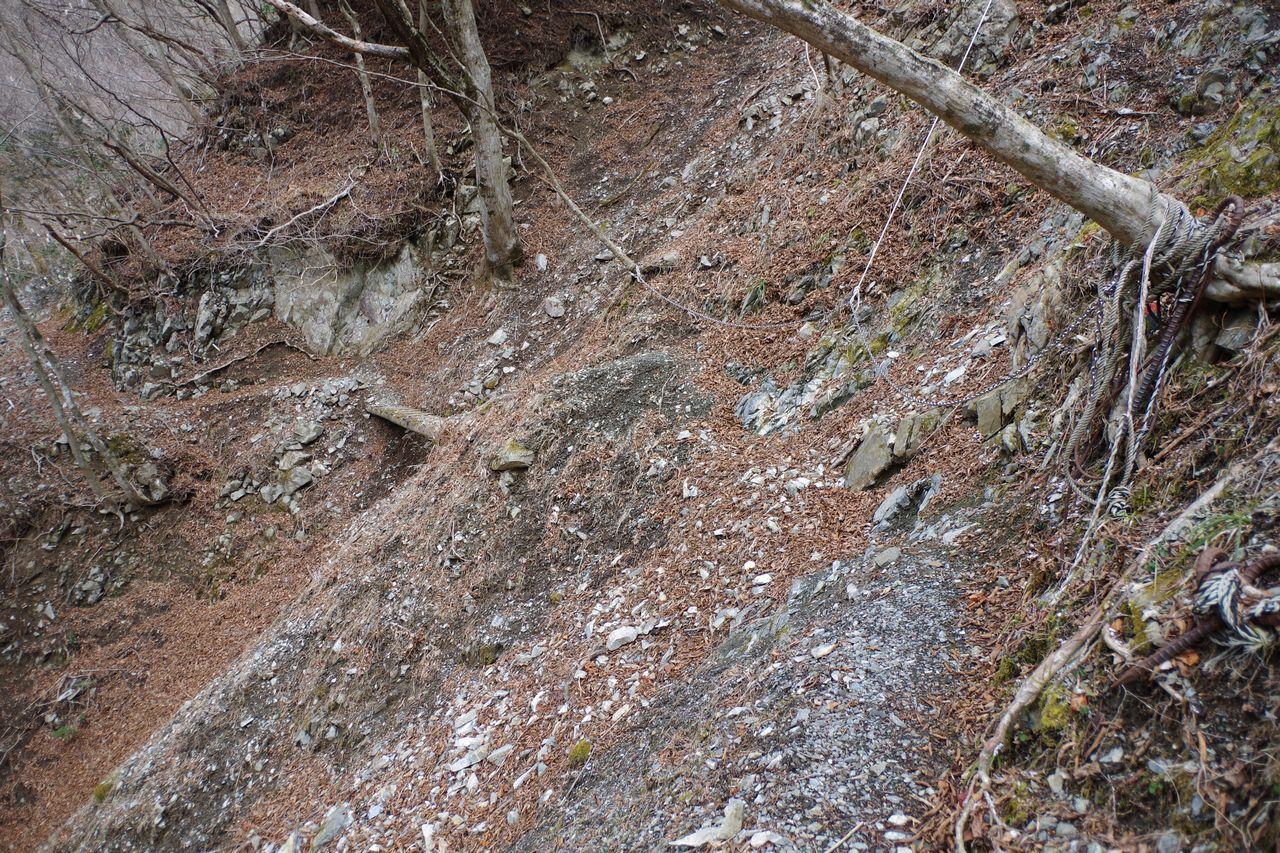鍋割山 雨山峠コースの崩落地