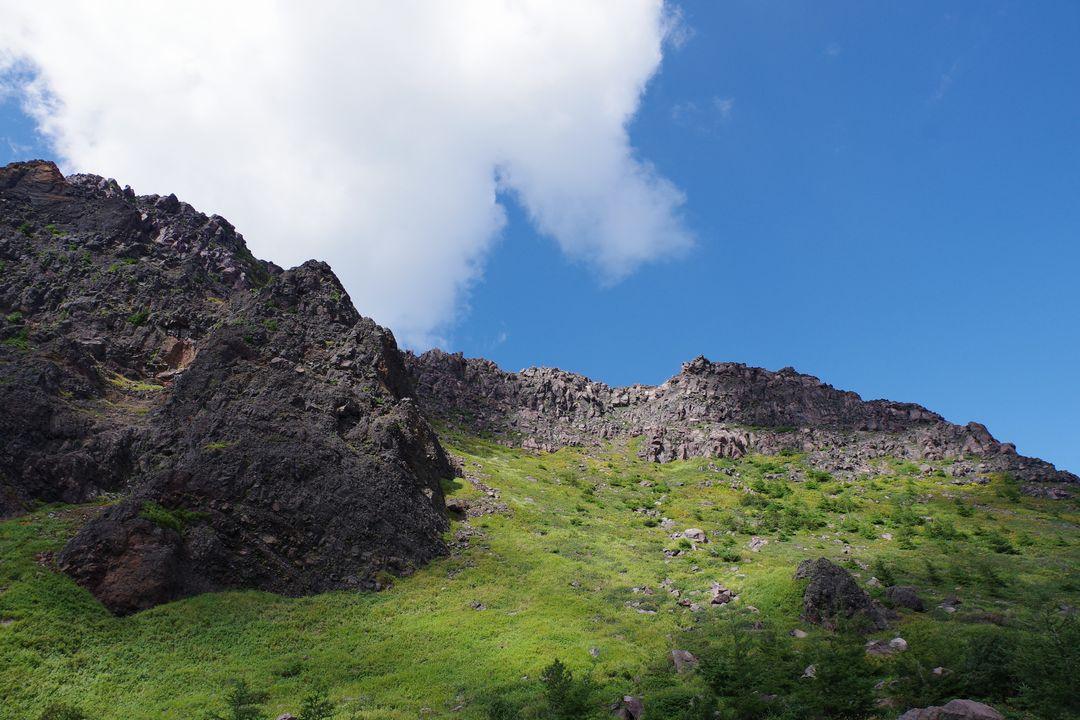 浅間山の火口原から見た外輪山