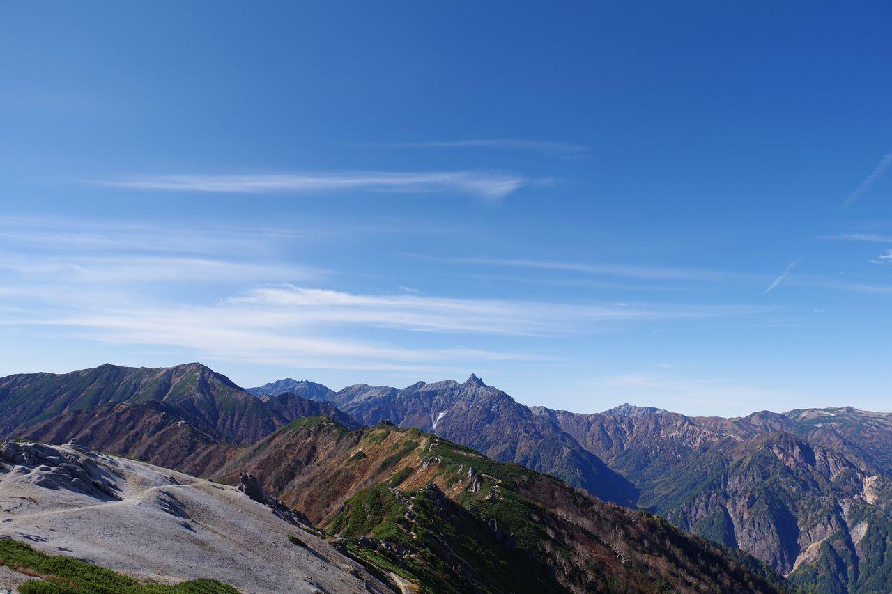 燕山荘の裏手から見た表銀座縦走路