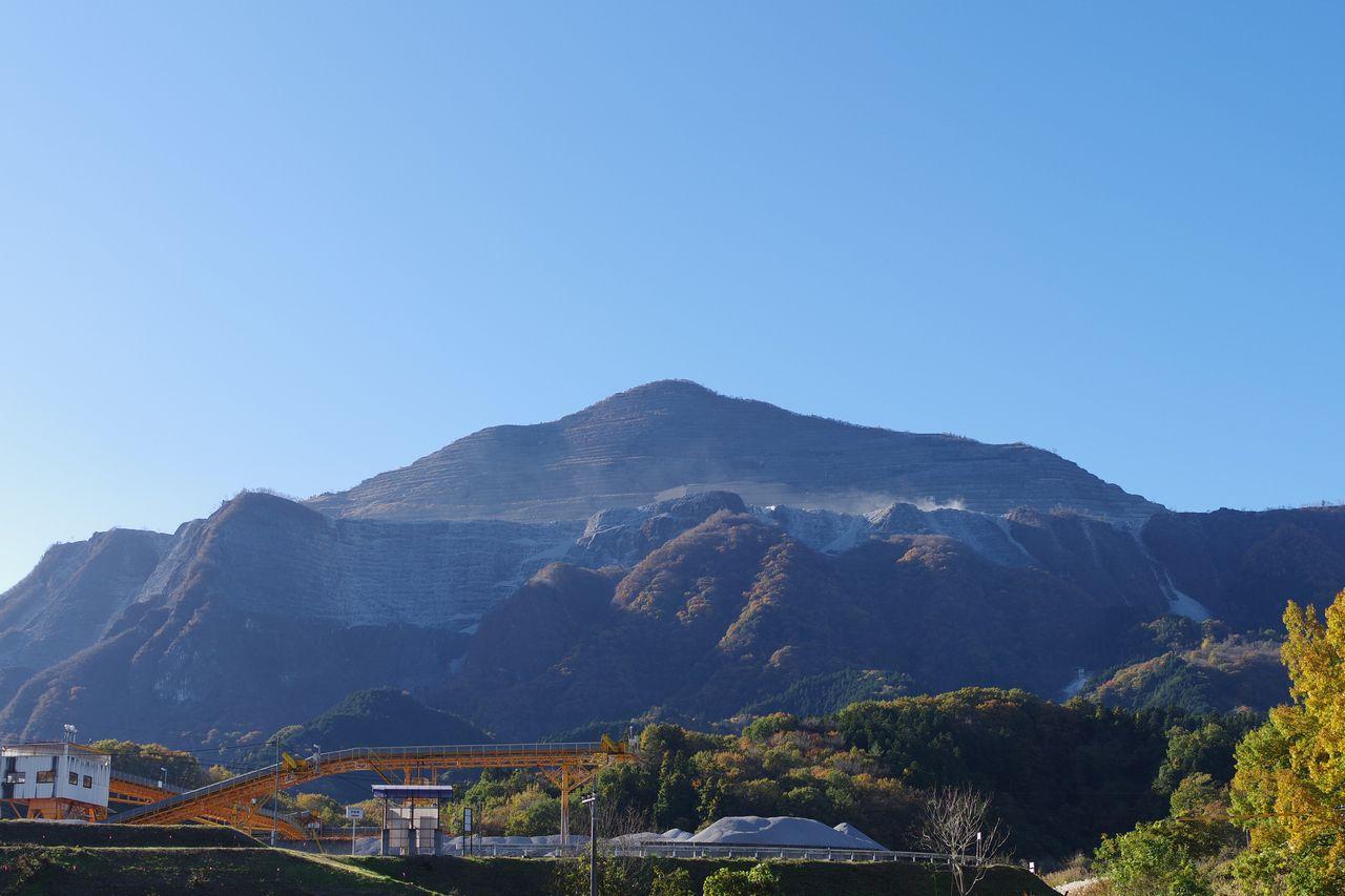 横瀬町内から見た武甲山