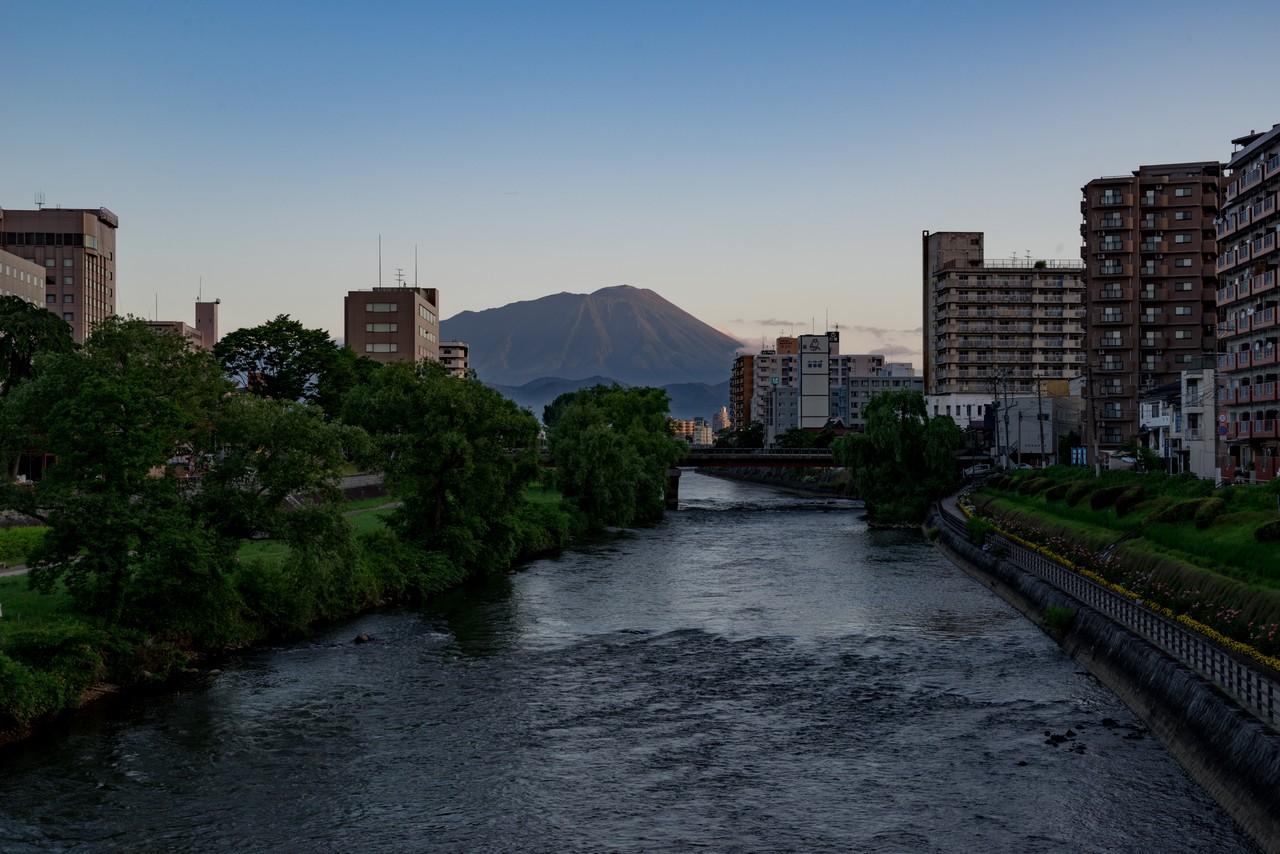 盛岡市から見た北上川と岩手山