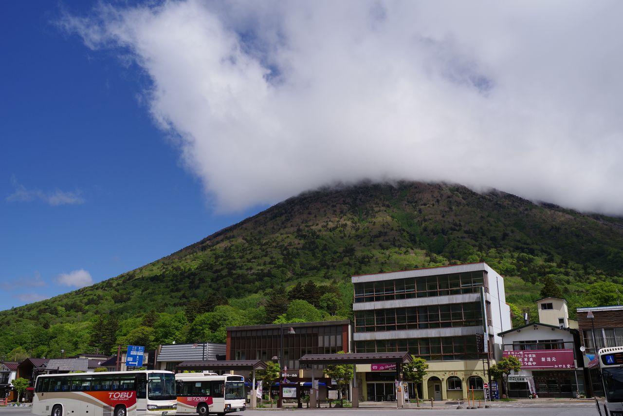 中禅寺温泉バス停から見た男体山