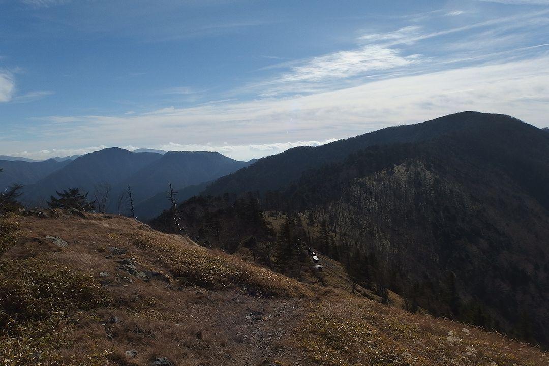 雁坂嶺から見た雁坂峠