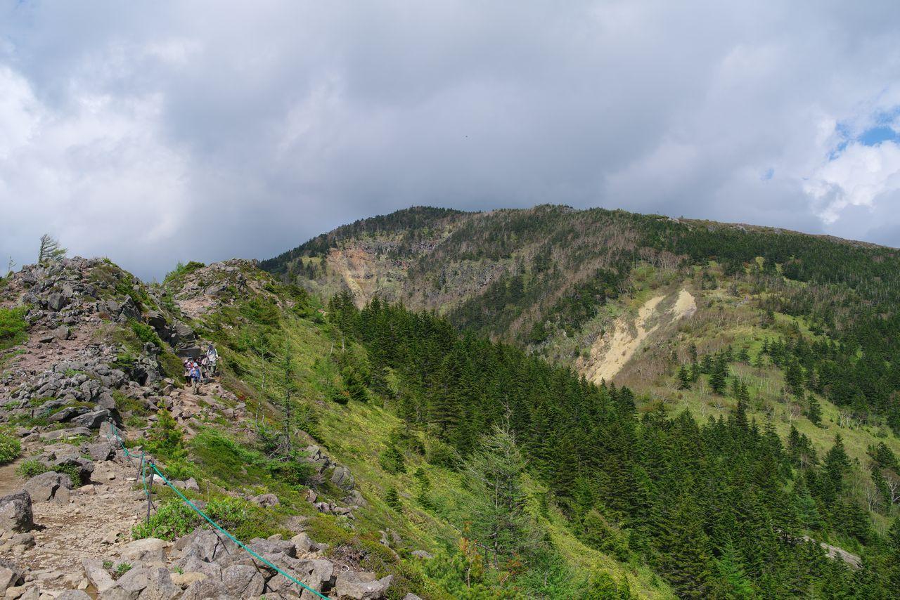 中四阿山から見た四阿山の山頂