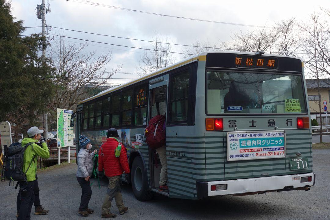 寄バス停に停車する新松田行きのバス