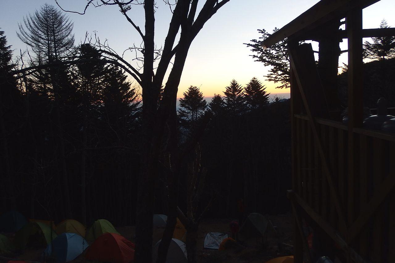 早朝の甲武信小屋
