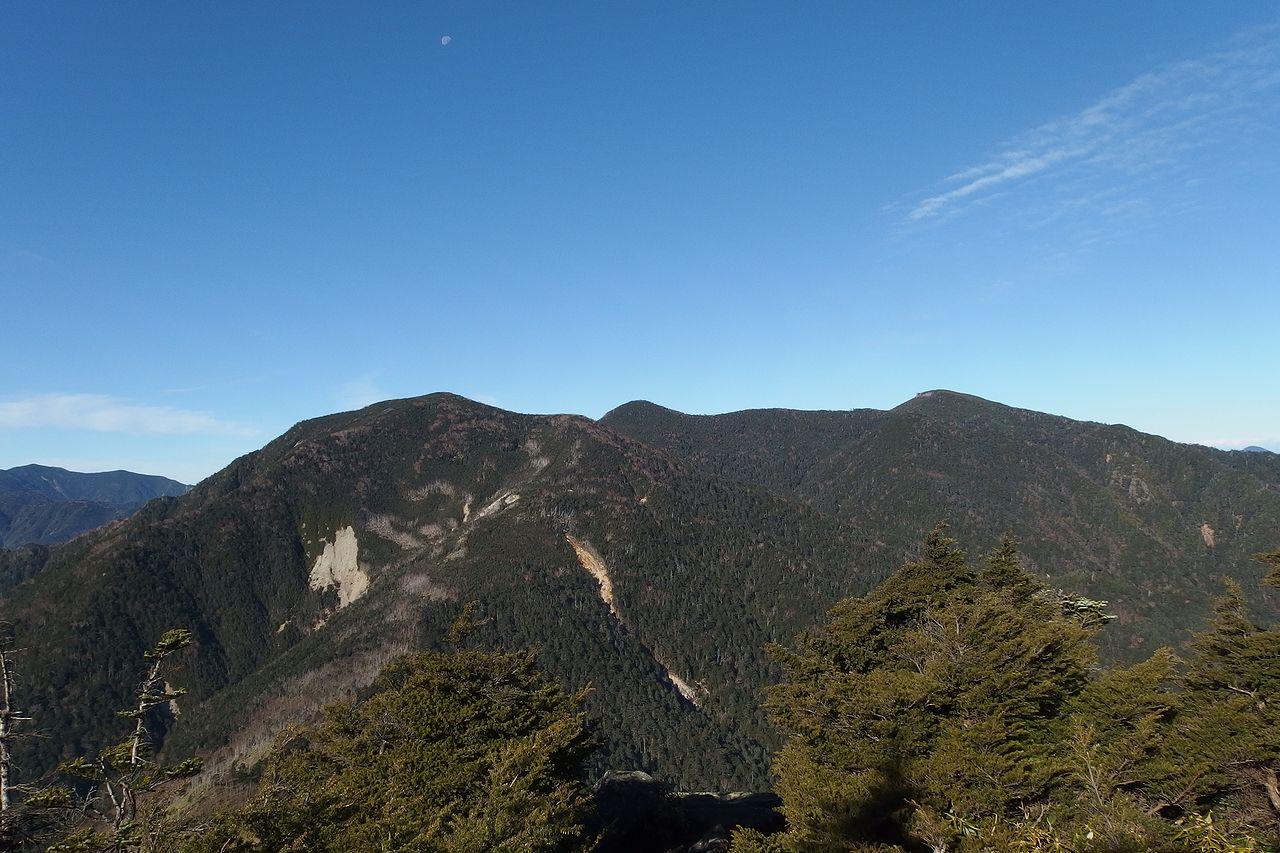 破風山から見た木賊山と甲武信ヶ岳
