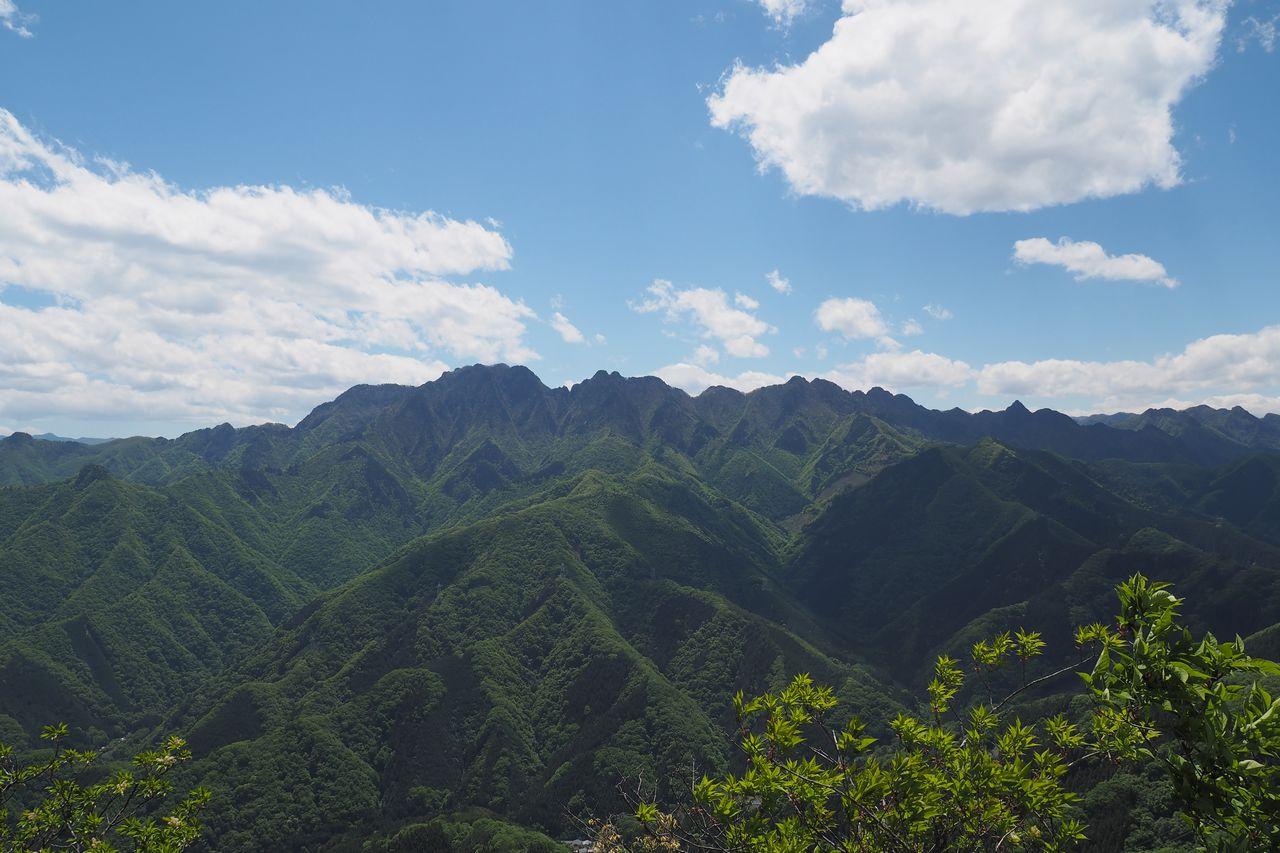 二子山 東岳から見た両神山