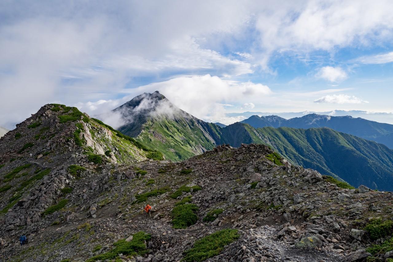 間ノ岳の中腹から見た北岳