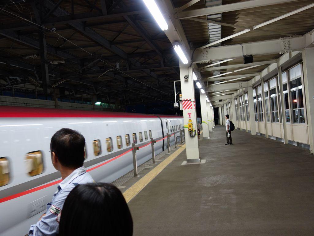 一ノ関駅に入線する秋田新幹線
