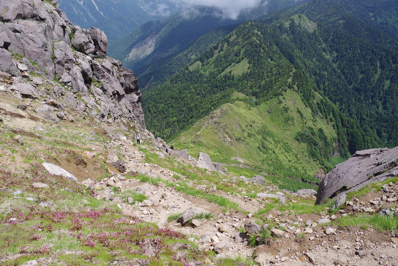 焼岳山頂から見下ろした焼岳小屋