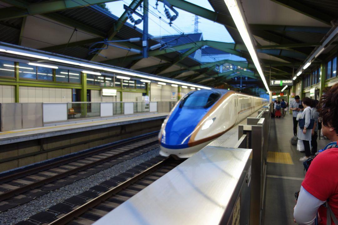 佐久平駅に入線する北陸新幹線