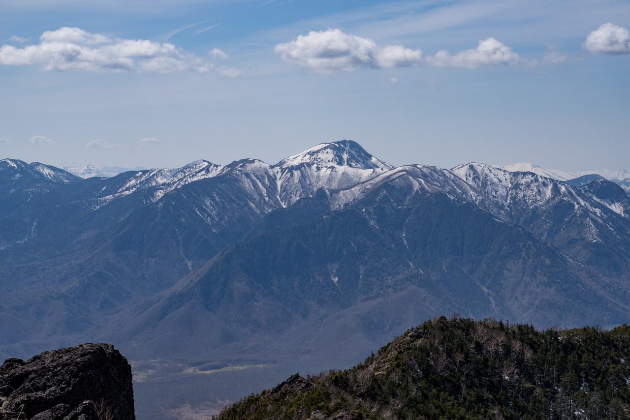 男体山から見た残雪期の白根山
