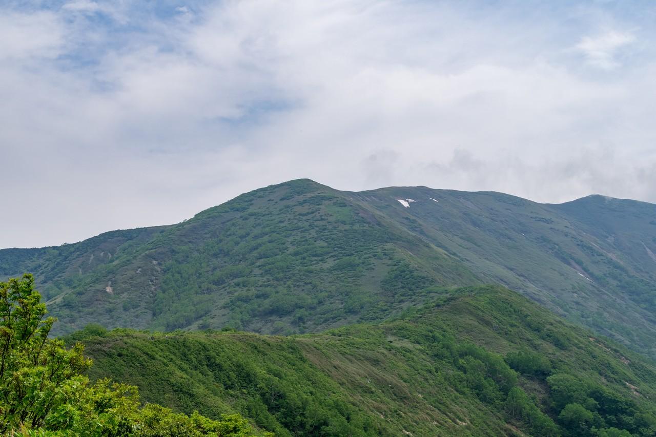 松手山から見た平標山