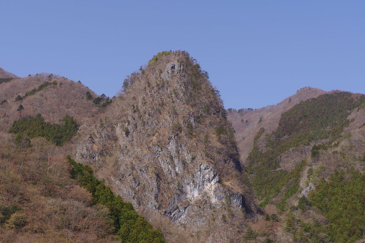 鷹ノ巣山登山口から見た稲村岩