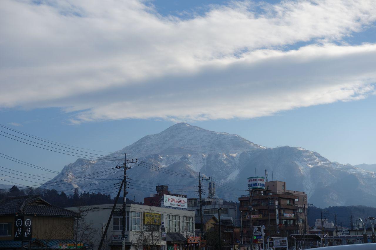 西武秩父駅前から見た武甲山