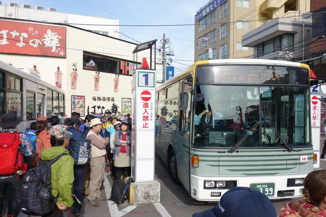 行列が出来ている新松田駅のバス停