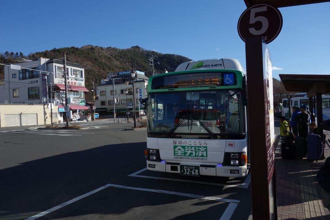 河口湖駅のバス停に停車する天下茶屋行きのバス