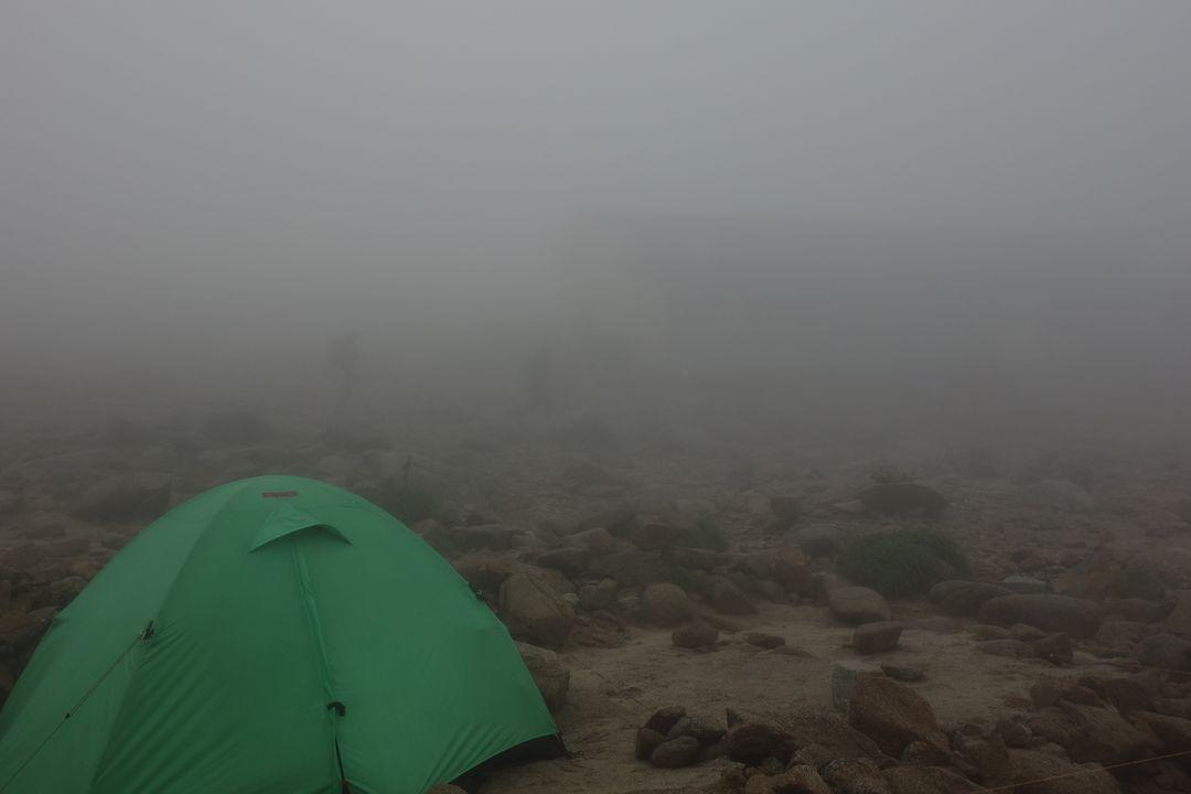 濃霧の中の駒ケ岳頂上山荘キャンプ指定地