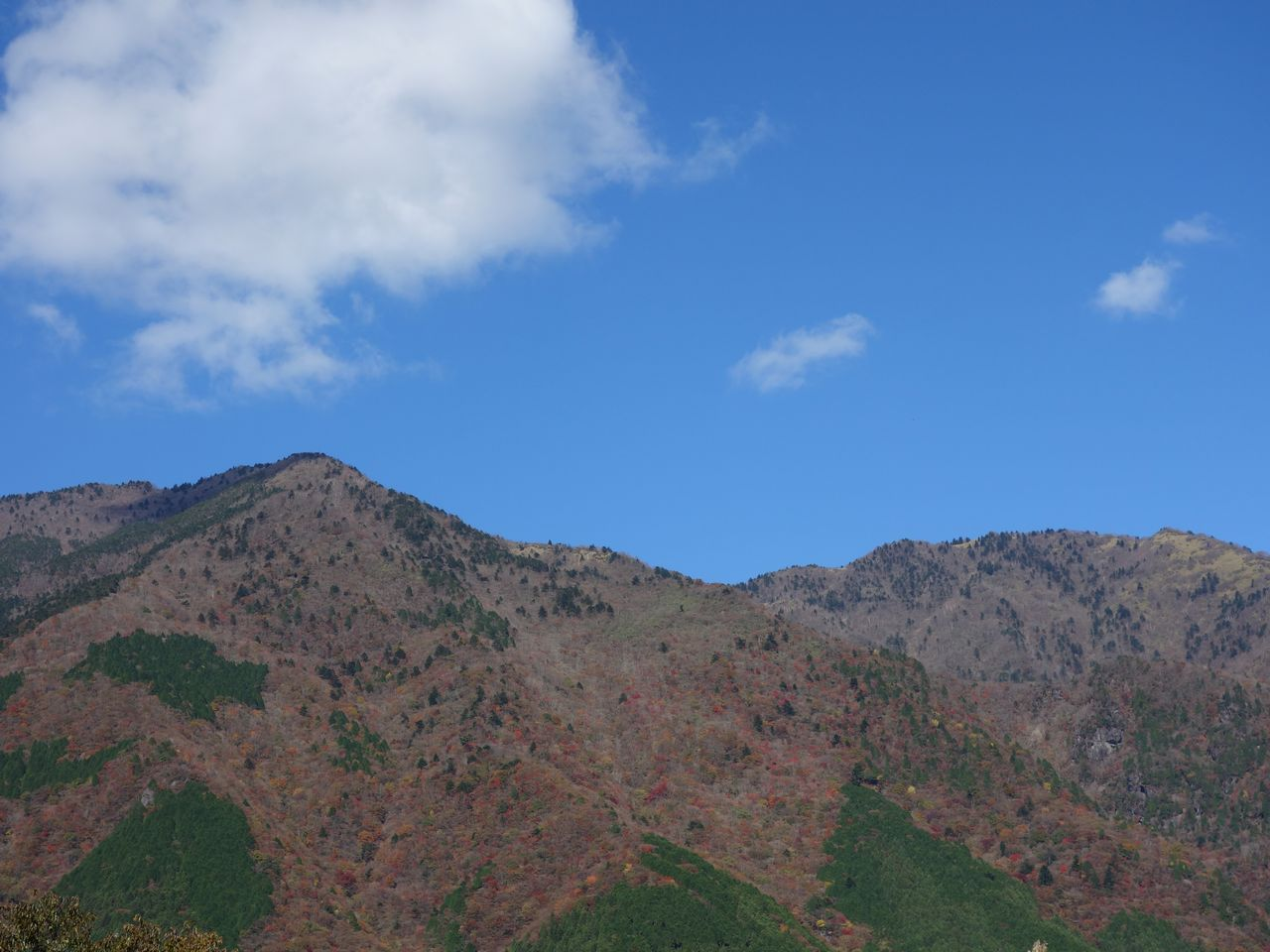 ふもとっぱらから見た毛無山とタカデッキ