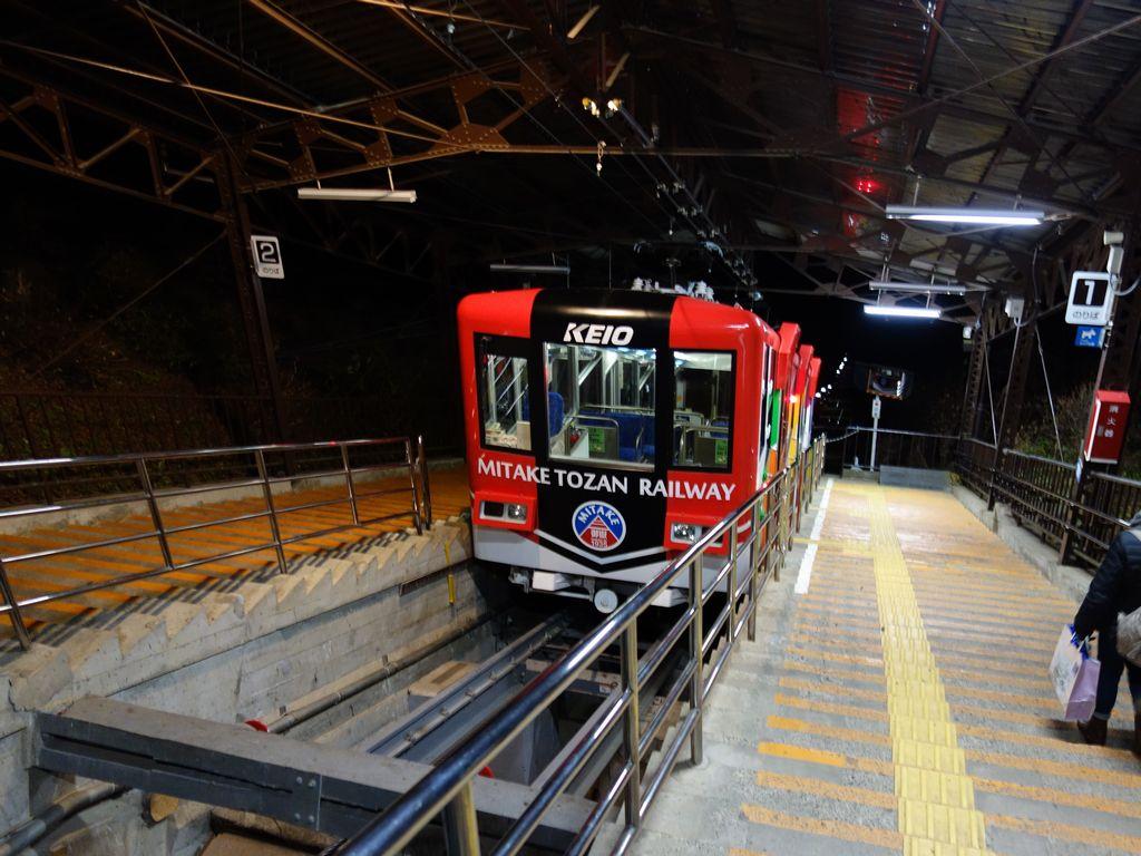 山頂駅に停車する御岳山ケーブルカー