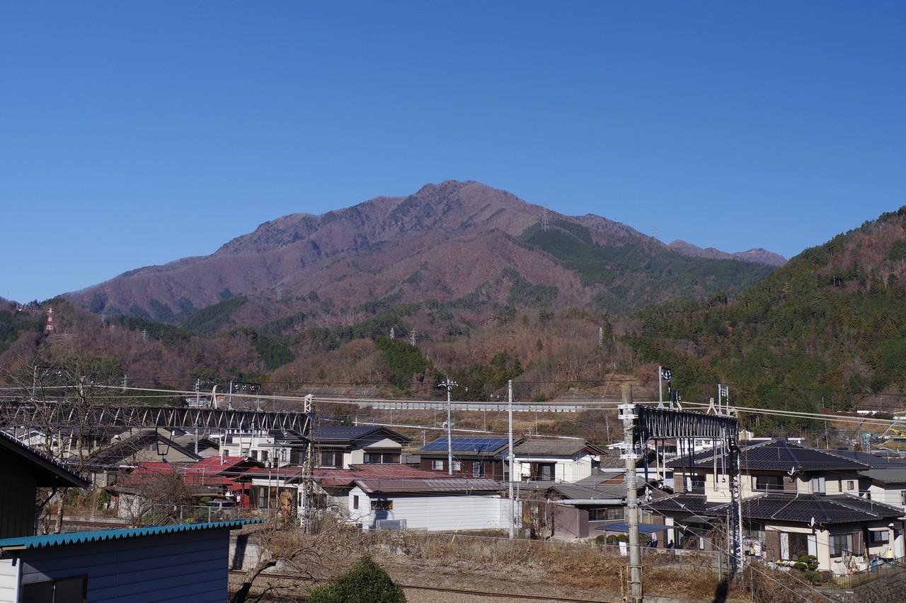 初狩駅付近から見た滝子山