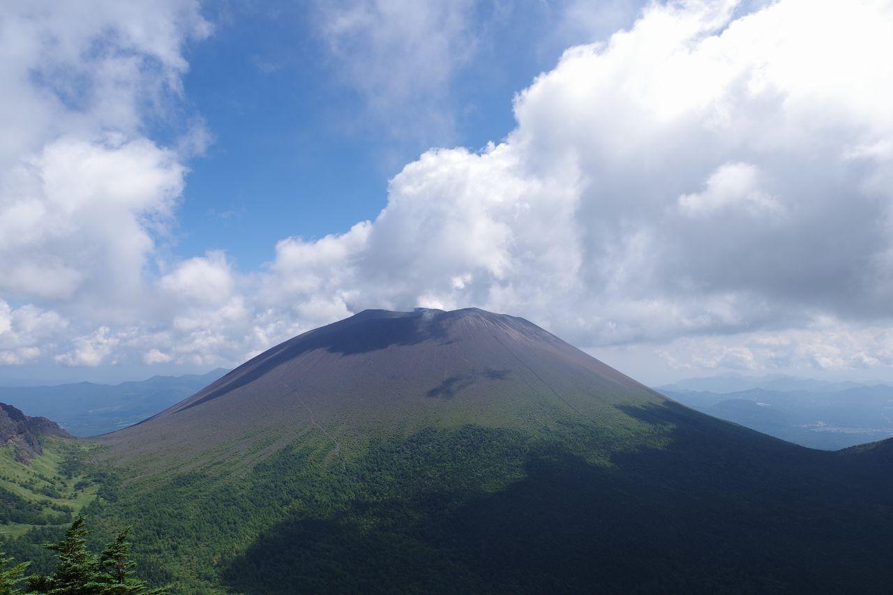 黒斑山の山頂から望む浅間山