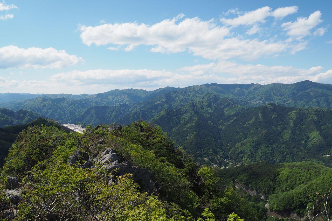 二子山 岩尾根から見た上州方面の展望