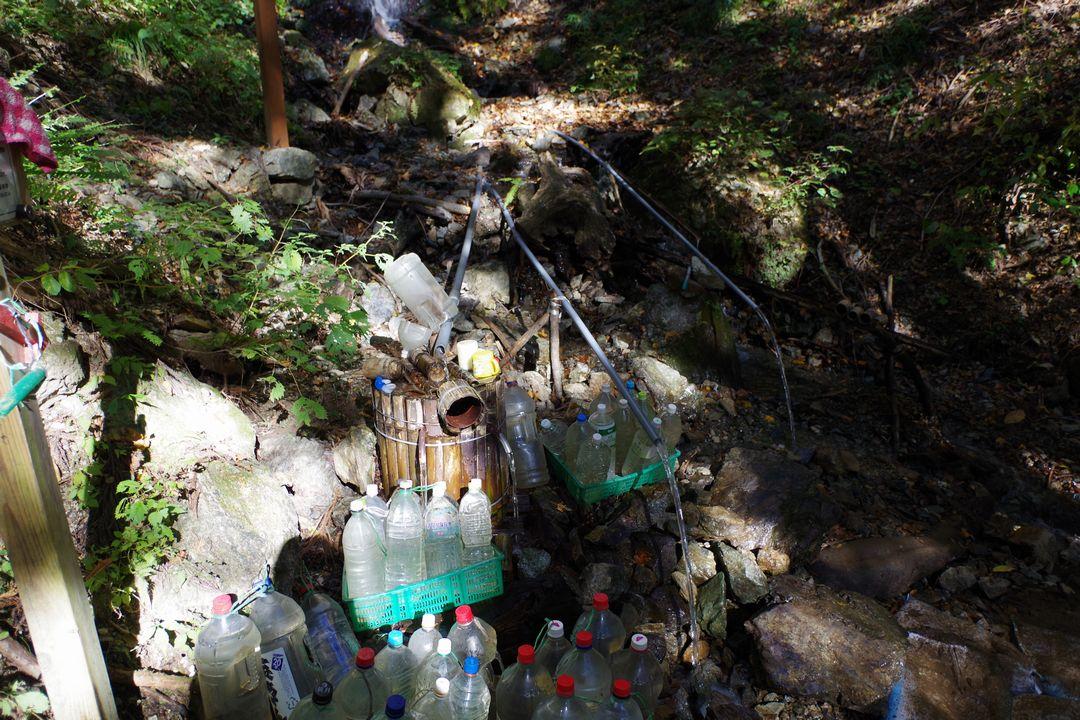武甲山 不動の滝前に置かれた空ペットボトル
