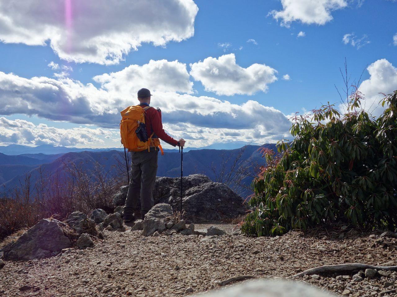 天目山の山頂に立つ登山者