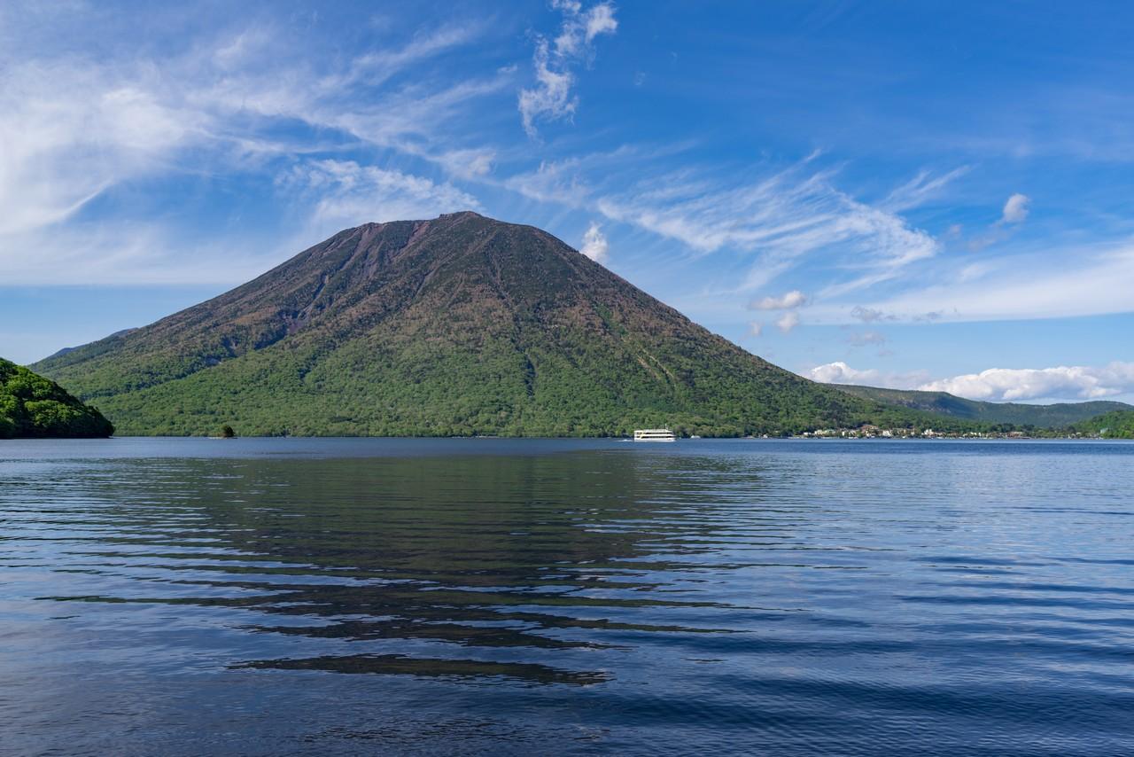 中禅寺湖畔から見た日光男体山