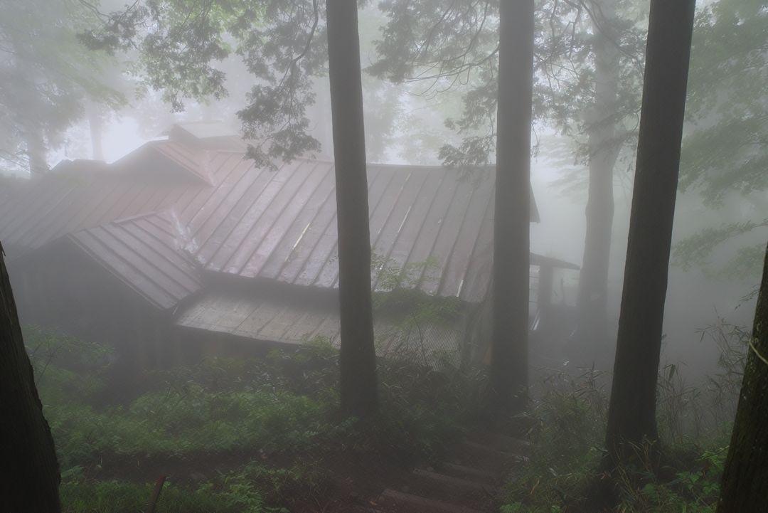 ガスに覆われた大岳山荘