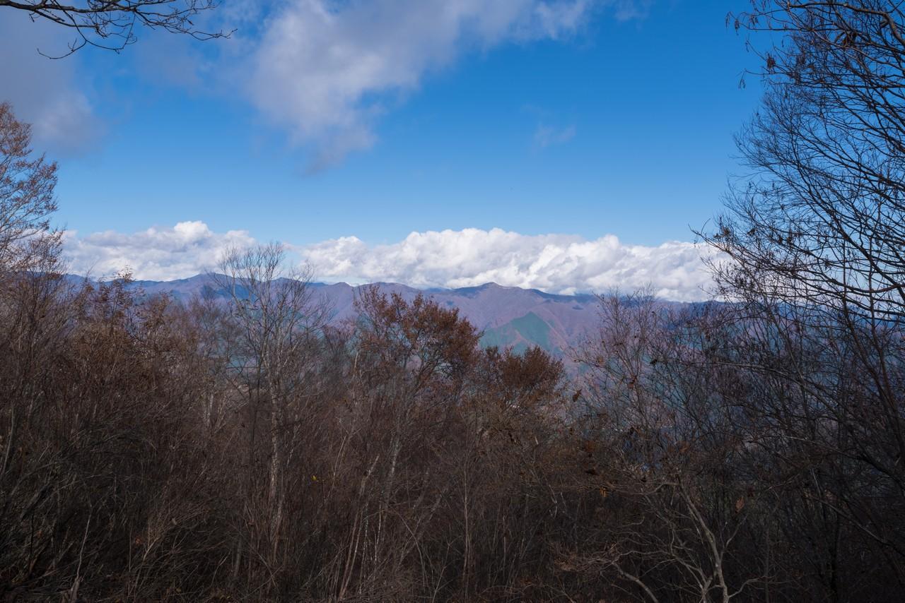 三頭山山頂から見た石尾根