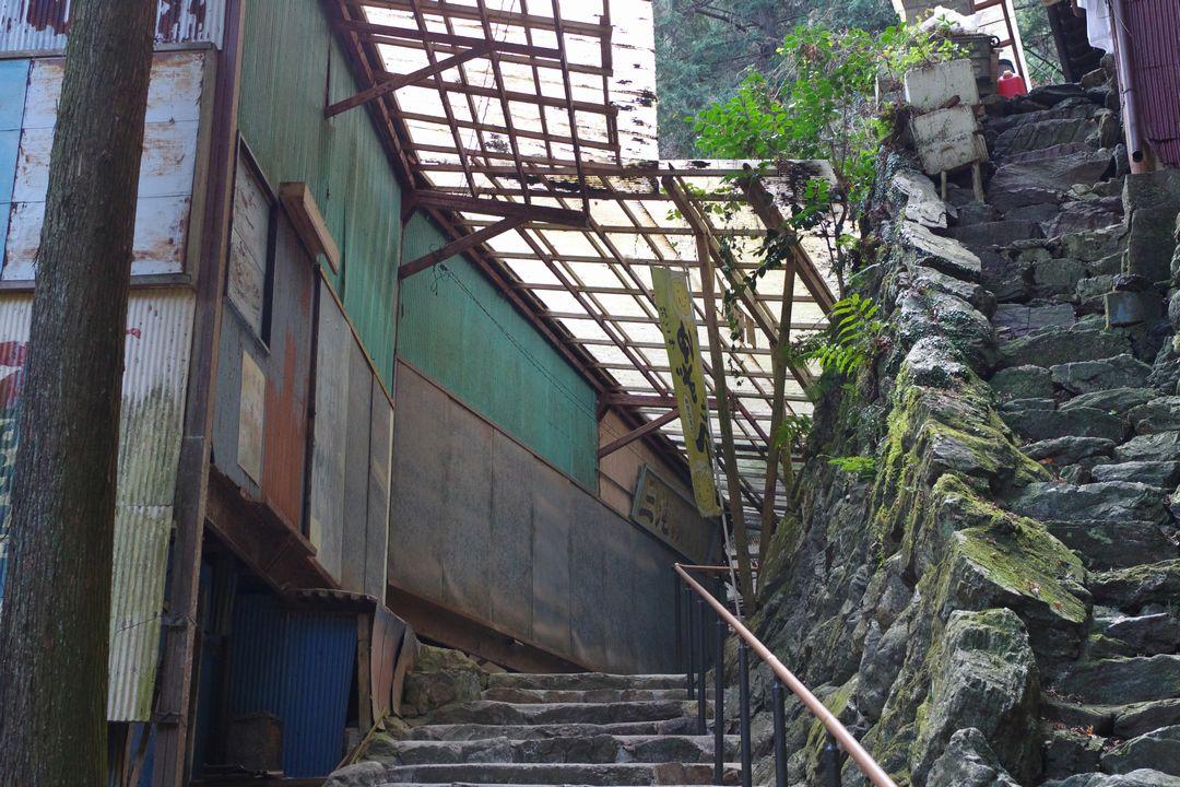 黒山三滝のシャッターが下りたみやげ物店